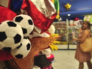 Copa do Mundo também é tema de acessórios para o Carnaval em Campinas (Foto: Lucas Jerônimo/G1 Campinas)
