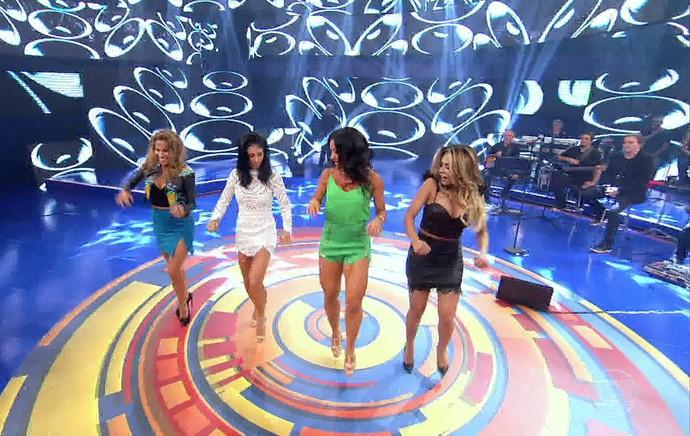 Lexa, Bella Falconi e Maíra Charken dançam 'É o Tchan' com Scheila Carvalho no 'Caldeirão' (Foto: TV Globo)