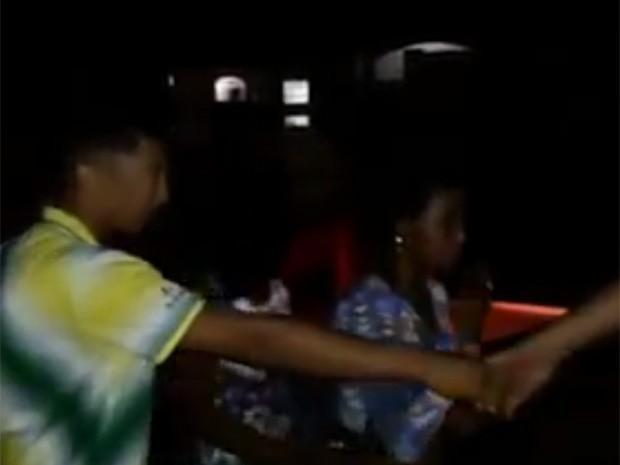Jovens são obrigados a andar em fila e de mãos dadas e recebem ameaças (Foto: Reprodução / Internet)
