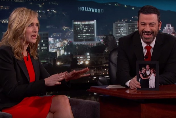 Kate Winslet e o apresentador Jimmy Kimmel (Foto: Reprodução/Vídeo)