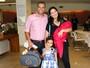 Luciele di Camargo deixa a maternidade em SP com o filho