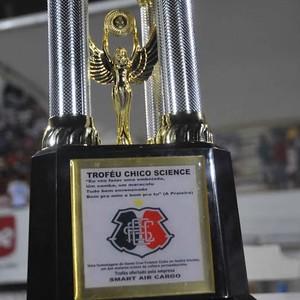 Erro no troféu do amistoso Santa Cruz x Zalgiris (Foto: Aldo Carneiro/Pernambuco Press)