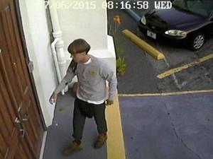 Imagem de circuito de segurança mostra o momento em que o suspeito do tiroteio adentra a Igreja Emanuel AME, em Charleston. Ele teria se sentado por cerca de 1 hora com os fiéis antes de abrir fogo (Foto: Reuters/Polícia de Charleston)