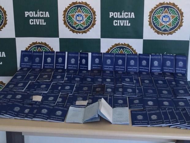 Carteiras de trabalho estavam em branco e foram apreendidas no Rio (Foto: Divulgação/Polícia Civil)