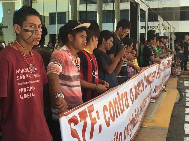 Indígenas protestam em Brasília contra indicação de outro general para presidente da Funai e pedem demarcação de terras (Foto: Alexandre Bastos/G1)