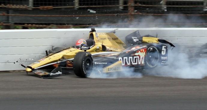 James Hinchcliffe sofre acidente durante treino para as 500 Milhas de Indianápolis (Foto: AP)