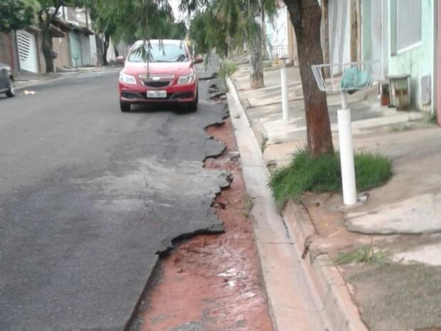 No Jardim Santa Emília, chuva destruiu asfalto (Foto: Arquivo Pessoal)