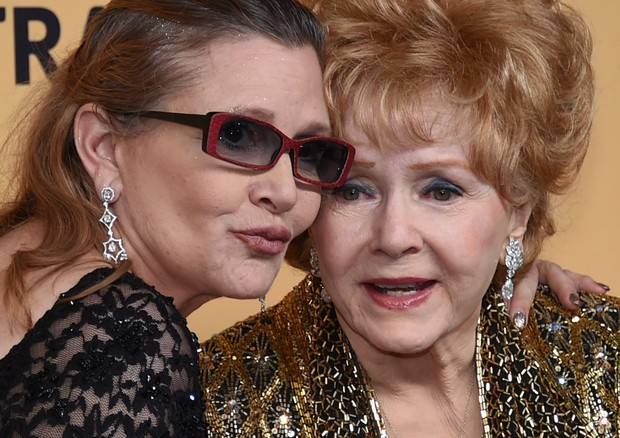 Debbie Reynolds com Carrie Fisher  (Foto: Ethan Miller / GETTY IMAGES NORTH AMERICA / AFP)