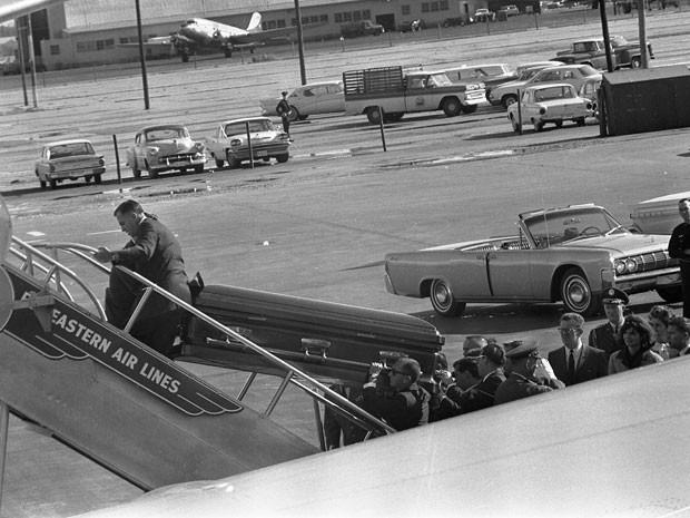 Caixão levando o corpo de Kennedy é colocado no avião presidencial no dia 22 de novembro de 1963 em Dallas, no Texas (Foto: Cecil Stoughton/The White House/John F. Kennedy Presidential Library/Reuters)