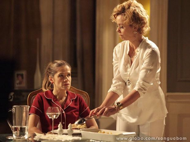 'Me serve, vadia!', manda Tina para Bárbara Ellen (Foto: Sangue Bom / TV Globo)