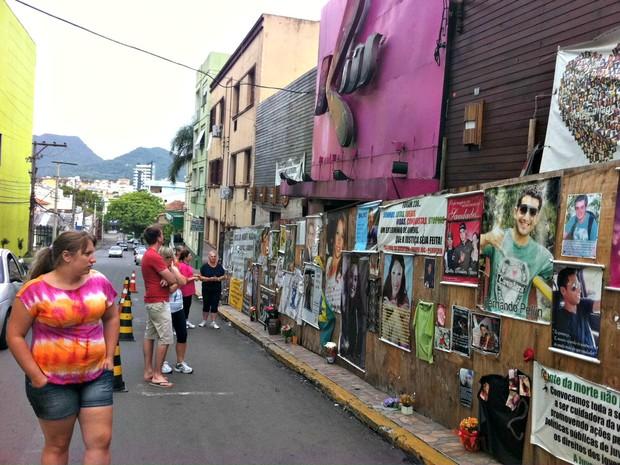 Pessoas vão até a frente da boate Kiss prestar homenagens às vítimas (Foto: Luiza Carneiro/G1)