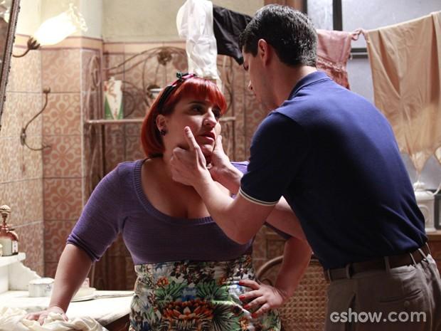 Serena passa mal e Arlindinho a acompanha até o banheiro (Foto: Ellen Soares/TV Globo)