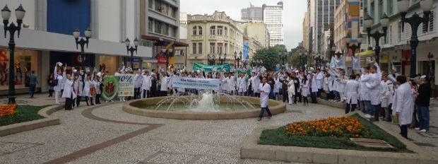 Manifestantes caminharam pelo Centro de Curitiba (Foto: Amália Dornellas/ Arquivo pessoal)