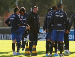 Vanderlei Luxemburgo conversa com jogadores em treino do Grêmio (Foto: Lucas Uebel/Divulgação, Grêmio)