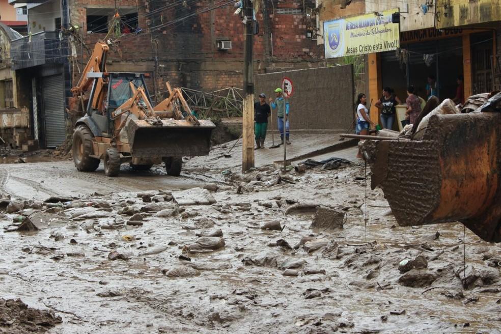 Após enchentes, ruas e imóveis de Catende, na Mata Sul de Pernambuco, ficaram sujos de lama (Foto: Oton Veiga/TV Globo)