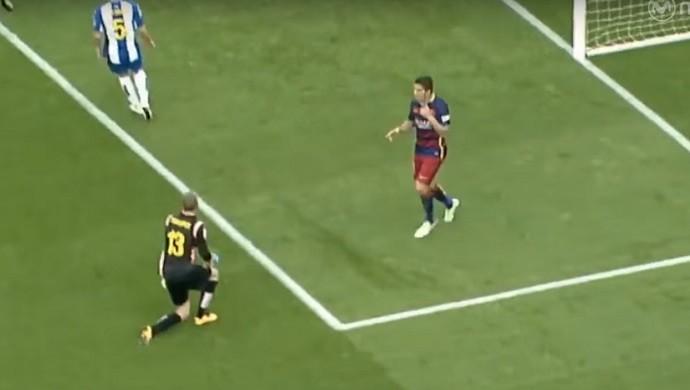 Luis Suárez brinca com Pau López no clássico Barcelona x Espanyol