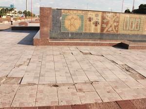 Praça estava com o piso danificado e mural gasto antes da reforma (Foto: Reynesson Damasceno/PMBV)