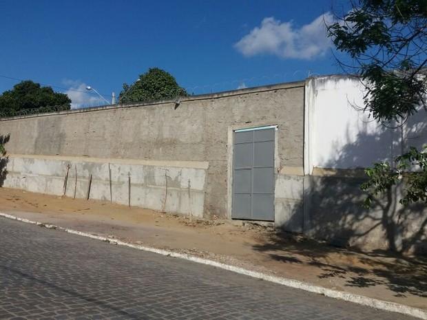 Jovens usaram corda de lençóis para pular muro da Funase (Foto: André Vinícius Ferreira/TV Asa Branca)