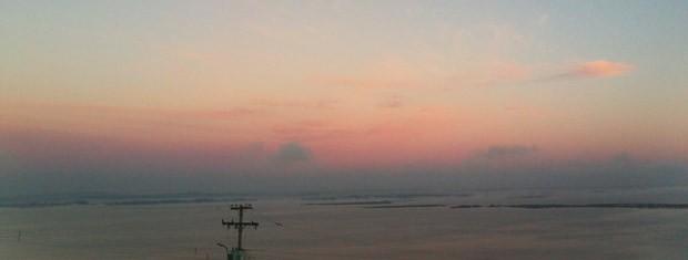 Céu ficou colorido ao amanhecer em Porto Alegre (Foto: Camila Martins/RBS TV)