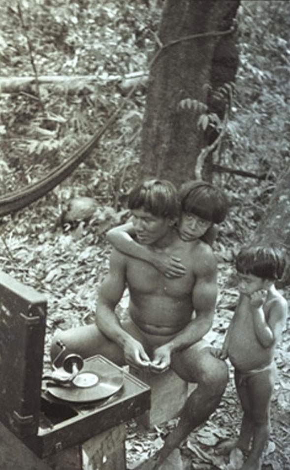 Índios Kamayurá escutando vitrola (Foto: Divulgação/Museu do Índio)