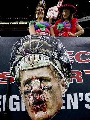 Rosto de JJ Watt todo ensaguentado nas mãos das torcedoras dos Texans (Foto: Thomas B. Shea/Getty Images)