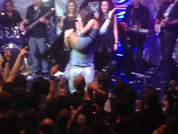 Fã segura Anitta no colo durante show em São Paulo (Foto: EGO)