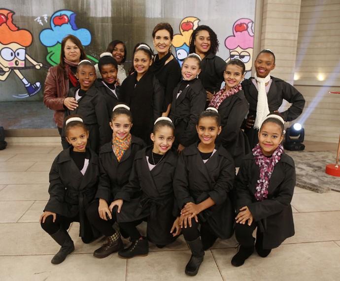 Fátima ao lado das bailarinas que assistiram ao programa  (Foto: Ellen Soares/Gshow)