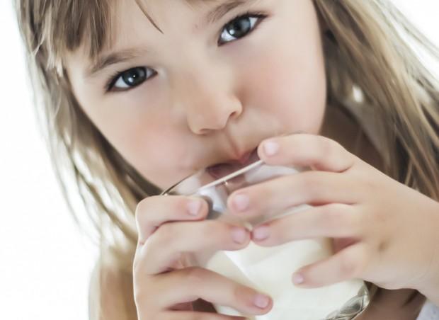 menina; leite (Foto: Thinkstock)