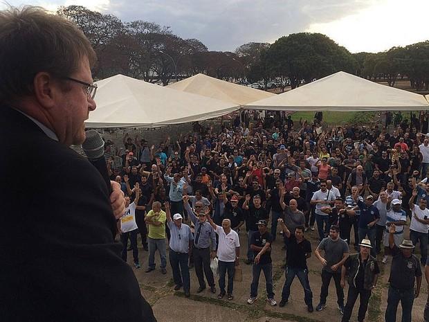 Policiais civis durante assembleia nesta sexta-feira (9) em frente ao Palácio do Buriti, em Brasília  (Foto: Mateus Vidigal/G1)