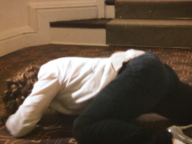Brenda cai no chão (Foto: Sangue Bom / TV Globo)