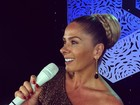 Adriane Galisteu usa look brilhante para apresentar o 'Miss Universo'