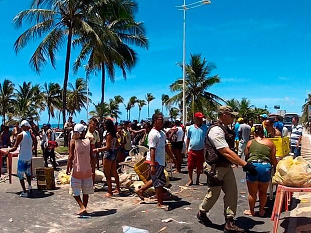 Grupo fecha via sentido Itapuã em Salvador (Foto: Imagens/TV Bahia)