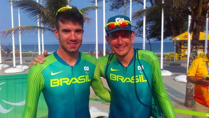 Descrição da imagem: Lauro Cesar Chaman e Solito Gohr se abraçam após medalha de bronze inédita no ciclismo de estrada (Foto: Pedro Lopes)