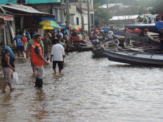 Em Santo Antônio do Iça, rio inundou ruas da cidade (Foto: Defesa Civil/Divulgação)