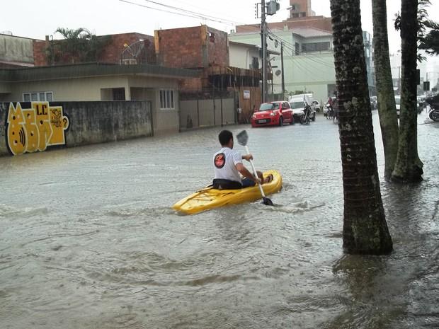 Morador de Balneário Camboriú usou caiaque para se deslocar em rua alagada (Foto: Alceu Bitencourt/VC no G1)