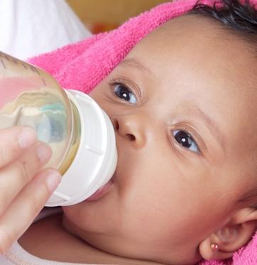 Bebê tomando leite na mamadeira (Foto: Shutterstock)