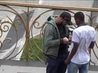Golpistas enganam vítimas com 'jogo da bolinha' e celular de gesso em SP