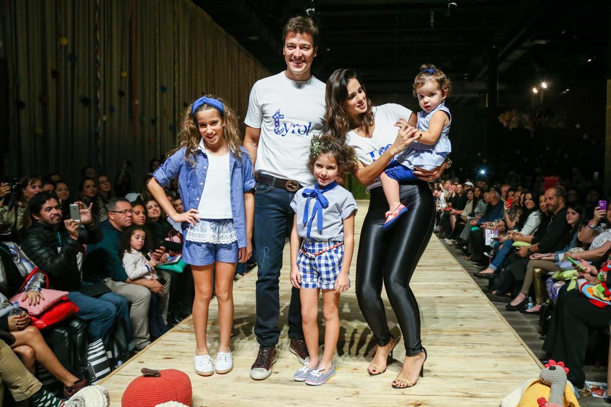 Rodrigo Faro desfila com toda a família em evento infantil
