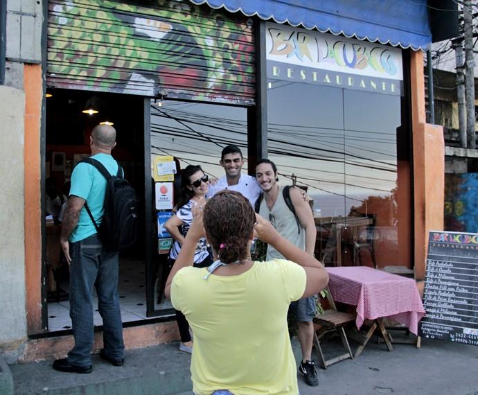Fernanda Souza e Allan Souza Lima tiram fotos enquanto visitam comunidade carioca (Foto: Divulgação)