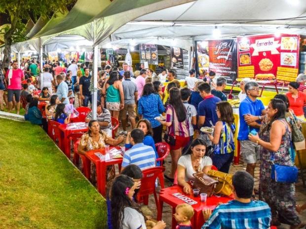 Feira de Gastronomia e Arte costuma atrair grande público para a Praça da Árvore, em Mirassol (Foto: Gustavo Silveira/Prefeitura do Natal)