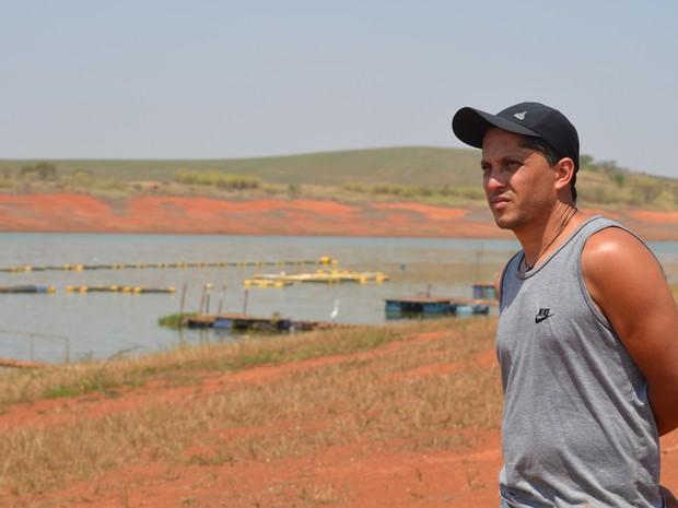 Piscicultor Denilson Gomes enfrenta prejuízos no Lago de Furnas em Alfenas, MG (Foto: Samantha Silva / G1)