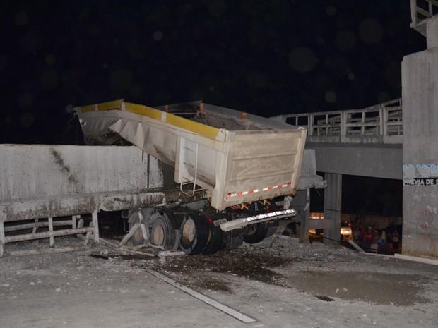 Caçamba da carreta bateu na passarela e ela caiu sobre a BR-101 (Foto: Walter Paparazzo/G1)
