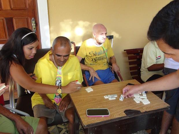 Jovens promoveram brincadeiras e jogos durante a ação. (Foto: Nívio Dorta/G1)