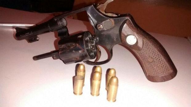 Arma usada no crime foi encontrada jogada ao choão com cinco munições intactas e uma deflagrada (Foto: Divulgação)