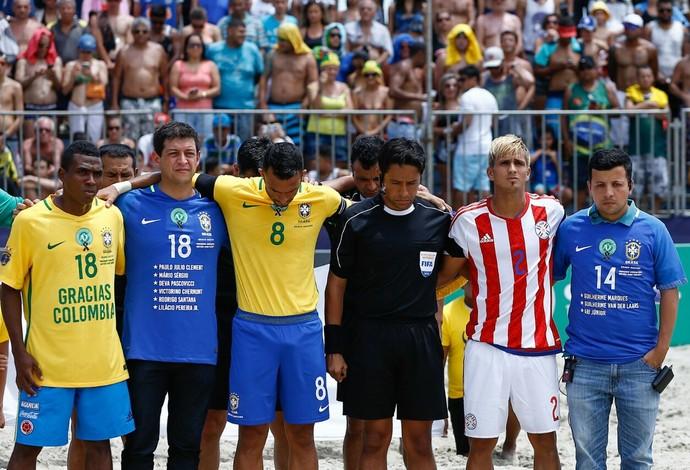 Jogadores e jornalistas fazem homenagem às vítimas do avião da Chapecoense (Foto: Marcello Zambrana / DGW)