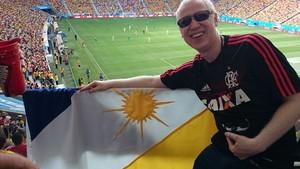 Com camisa do Flamengo e bandeira do Tocantins, Felipe Póvoa assiste jogo da Copa do Mundo (Foto: Felipe Póvoa/Arquivo pessoal)