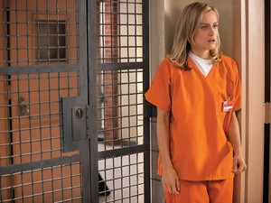 ENTRE AS GRADES Piper Chapman (Taylor Schilling) se surpreende com a realidade dentro da prisão.  (Foto: Divulgação)