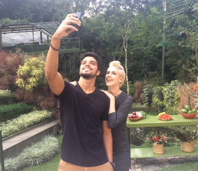 Rodrigo Simas e Sophia Abrahão tiram foto nos bastidores do Estrelas (Foto: Nathália Gomes/Gshow)