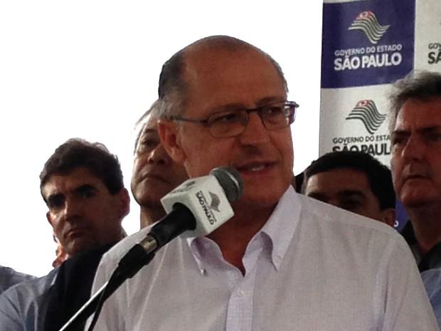 Geraldo Alckmin entregou ambulâncias e vans em Pirapozinho (Foto: Carolina Mescoloti/G1)