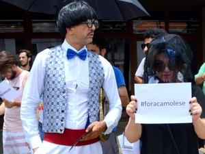 Manifestante caracterizados durante ato que lembrou fechamento de teatro em Piracicaba (Foto: Juliana Franco/G1)